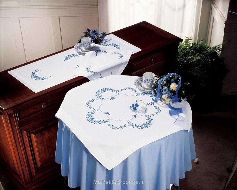 chemin de table fleurs bleues linge de table chemin de table linge de table sur. Black Bedroom Furniture Sets. Home Design Ideas